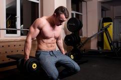 Skoncentrowany ciało budowniczy przygotowywający podnosić zdjęcie stock