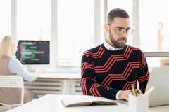 Skoncentrowany copywriter pracuje z laptopem obraz stock
