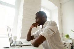 Skoncentrowany czarny pracownik myśleć o problemowym rozwiązaniu obrazy royalty free