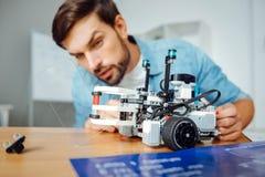 Skoncentrowany engineeer pracuje na mechanicznych technologiach zdjęcie stock