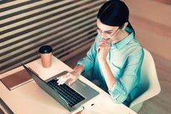 Skoncentrowany kierownik pracuje przy biurem zdjęcie stock