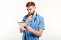 Skoncentrowany lekarki lub pielęgniarki główkowanie obraz royalty free