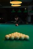 Skoncentrowany mężczyzna celuje bilardową piłkę fotografia royalty free