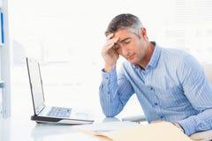 Skoncentrowany mężczyzna czyta dokument attentively obrazy stock