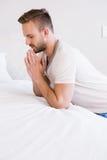 Skoncentrowany mężczyzna modlenie obraz stock