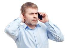 Skoncentrowany mężczyzna opowiada na telefonie obraz royalty free