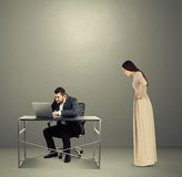 Skoncentrowany mężczyzna patrzeje laptop zdjęcie stock