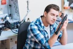 Skoncentrowany mężczyzna patrzeje trutnia szczegół obrazy stock