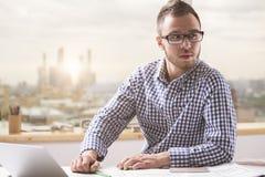 Skoncentrowany mężczyzna przy miejscem pracy obrazy stock