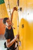 Skoncentrowany mężczyzna szkolenie w wspinaczkowym gym zdjęcie stock