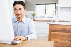 Skoncentrowany mężczyzna używa komputer obrazy royalty free