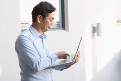 Skoncentrowany mężczyzna używa laptop obrazy stock