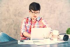 Skoncentrowany mężczyzna używa laptop zdjęcia royalty free