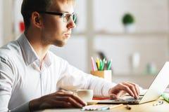 Skoncentrowany mężczyzna używa laptop fotografia royalty free