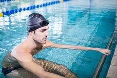 Skoncentrowany mężczyzna w basenie zdjęcie stock
