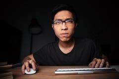 Skoncentrowany mężczyzna w szkła działaniu z komputerem zdjęcia stock