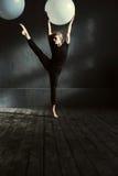 Skoncentrowany młodego człowieka taniec w studiu zdjęcia royalty free