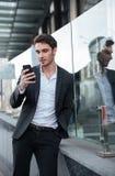 Skoncentrowany młody biznesmen chodzi blisko centrum biznesu zdjęcie royalty free