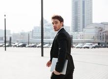 Skoncentrowany młody biznesmen chodzi outdoors fotografia stock