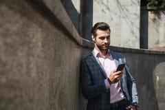 Skoncentrowany młody biznesmena gawędzenie telefonem obraz royalty free