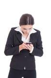 Skoncentrowany młody biznesowej kobiety czytanie i gawędzenie na smartp Obrazy Royalty Free
