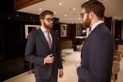 Skoncentrowany młody brodaty biznesmen stoi indoors zdjęcia stock