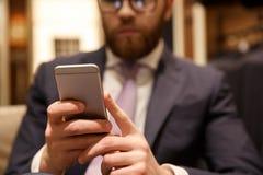Skoncentrowany młody brodaty biznesmena gawędzenie telefonem obrazy stock