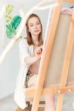 Skoncentrowany młody caucasian dama malarz przy workspace obrazy royalty free
