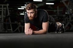 Skoncentrowany młody silny sporta mężczyzna robi desce zdjęcia royalty free