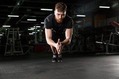 Skoncentrowany młody silny sporta mężczyzna robi sportowi ćwiczyć zdjęcie stock