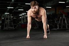 Skoncentrowany młody silny sporta mężczyzna robi sportowi ćwiczyć zdjęcia royalty free