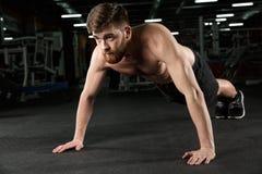 Skoncentrowany młody silny sporta mężczyzna robi sportowi ćwiczyć obrazy royalty free