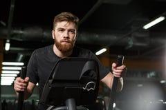 Skoncentrowany młody silny sporta mężczyzna robi sportowi ćwiczyć obraz royalty free