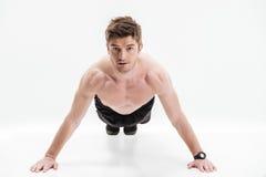 Skoncentrowany młody sportowiec robi Ups obrazy stock