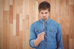 Skoncentrowany modniś trzyma prostą krawędzi żyletkę obraz stock