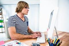 Skoncentrowany modnisia biznesmen używa jego komputer zdjęcie royalty free