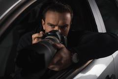 skoncentrowany paparazzi przeszpiegi kamerą z przedmiota szkłem od jego zdjęcie royalty free