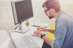 Skoncentrowany programisty cyfrowanie w biurze zdjęcia royalty free