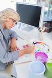 Skoncentrowany projektant wnętrz patrzeje colour mapy Obrazy Stock