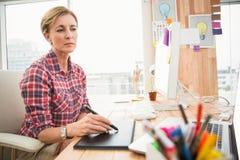 Skoncentrowany przypadkowy projektant pracuje z digitizer zdjęcie stock