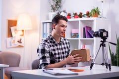 Skoncentrowany przystojny mężczyzny wydatki dzień roboczy w studiu zdjęcie stock