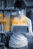 Skoncentrowany przystojny studencki działanie na jego futurystycznej pastylce zdjęcia royalty free