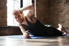 Skoncentrowany silny sportowiec w gym robi joga sporta ćwiczeniom zdjęcia royalty free