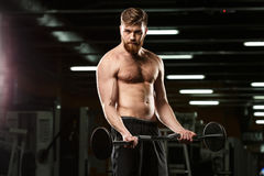 Skoncentrowany sporta mężczyzna robi sportów ćwiczeniom z barbell zdjęcie stock