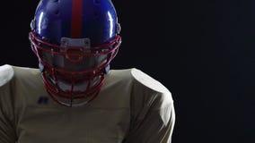 Skoncentrowany sportowiec jest ubranym wyposażenie set podnosi up głowę, wewnętrzna siła zdjęcie wideo