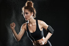 Skoncentrowany sprawności fizycznej kobiety bieg w studiu obrazy stock