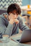 Skoncentrowany studencki działanie na tworzyć jego swój app obraz royalty free