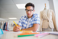 Skoncentrowany studenta collegu rysunku obrazek obrazy stock