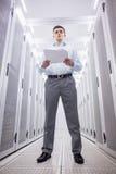 Skoncentrowany technik czyta dokument obraz stock