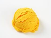 Skopa av den gula sorbet Royaltyfri Fotografi